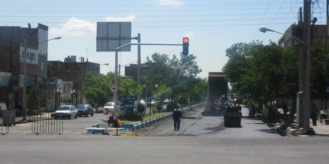 آسفالت خیابان شهید متظری تایباد، زیرسازی، مرمت و روکش شد.