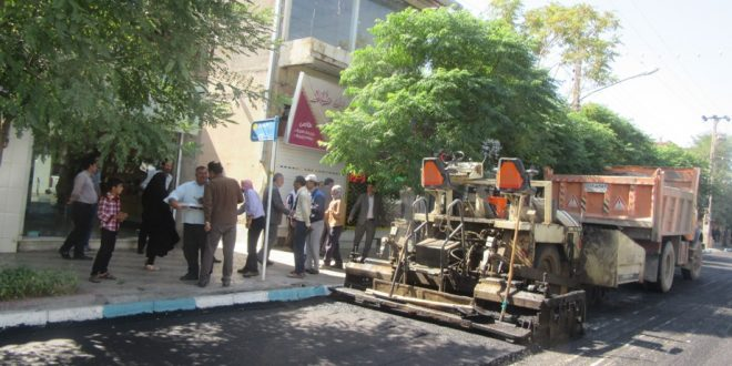 اعضای شورای اسلامی شهرتایباد، بهمراه مهندس سیدالحسینی از مراحل آسفالت خیابان شهید رجائی بازدید نمودند.