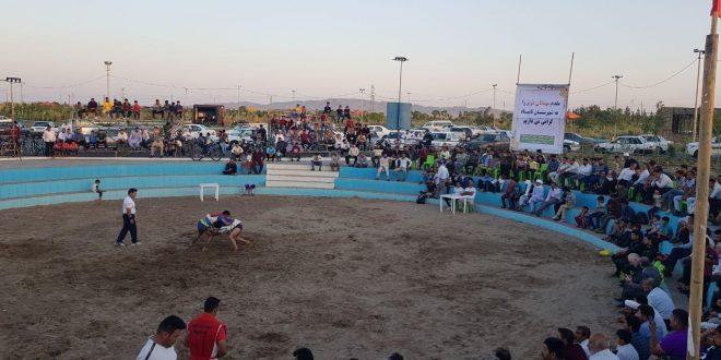 با همکاری شهرداری تایباد، کشتی گیران باچوخه خراسان در گود ورزشی پارک طبیعت، به مبارزه پرداختند.